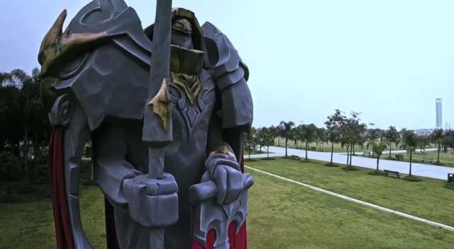League_of_Legends_statua_2